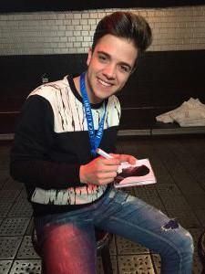Luca schreibt Autogramme