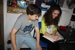Joelina und Tiemo checken den Sendeplan
